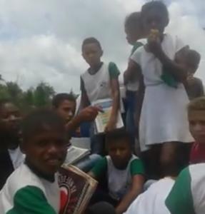 Crianças de Pinheiro andam 12 km a pé até colégio por falta de transporte escolar
