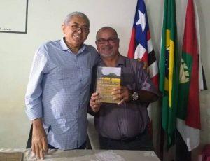 """Vereador Beto de Ribão prestigia lançamento do livro """"Pinheiro da Minha Memória"""""""