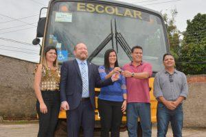 Othelino Neto participa de entrega de ônibus escolar